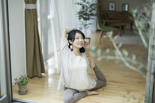ヨガをする若い女性の写真素材 [FYI01623143]