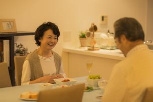 食卓で会話をするシニア夫婦の写真素材 [FYI01623157]