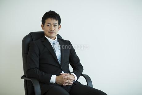 椅子に座るビジネスマンの写真素材 [FYI01623158]