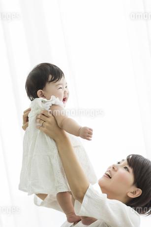 母親に抱っこされる赤ちゃんの写真素材 [FYI01623160]