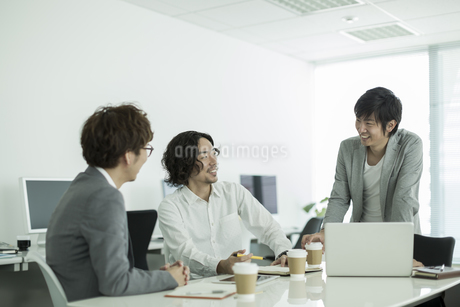 打ち合わせをするビジネスマンの写真素材 [FYI01623169]