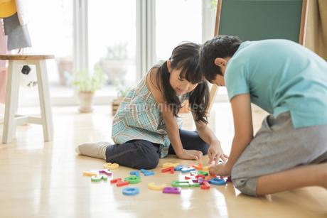 アルファベットで遊ぶ兄と妹の写真素材 [FYI01623175]