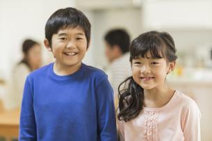 笑顔の兄と妹の写真素材 [FYI01623176]