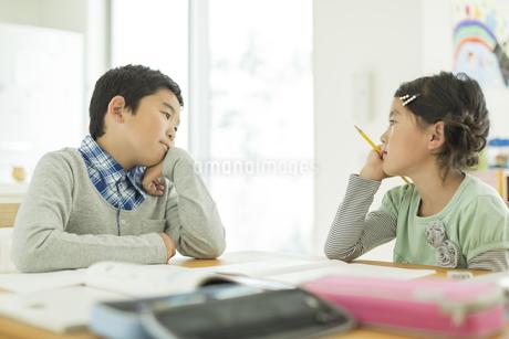 テーブルで勉強をする兄と妹の写真素材 [FYI01623182]