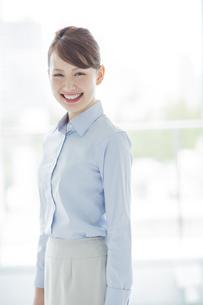 笑顔のビジネスウーマンの写真素材 [FYI01623190]