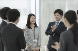 紹介される女性新人社員の写真素材 [FYI01623202]