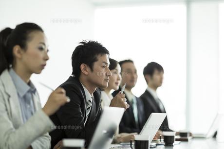 会議をするビジネスマンとビジネスウーマンの写真素材 [FYI01623207]