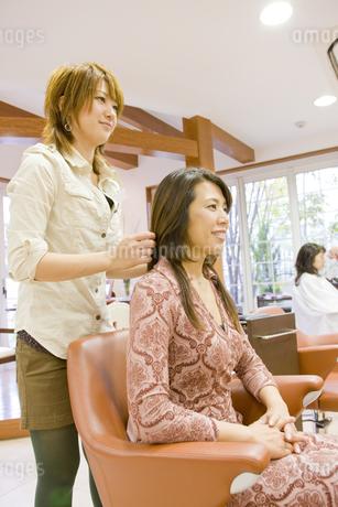 仕上がりを確認する日本人美容師の写真素材 [FYI01623210]
