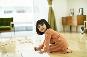 お絵描きをする女の子の写真素材 [FYI01623211]