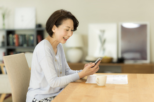 スマートフォンを操作するシニア女性の写真素材 [FYI01623214]