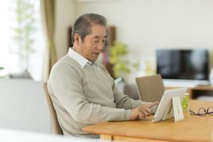 タブレットPCを見るシニア男性の写真素材 [FYI01623216]