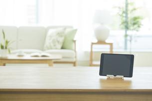 テーブルに置かれたタブレットPCの写真素材 [FYI01623218]