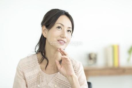 考える40代女性の写真素材 [FYI01623221]
