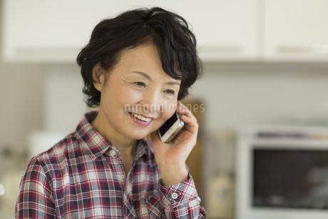 電話をするシニア女性の写真素材 [FYI01623226]