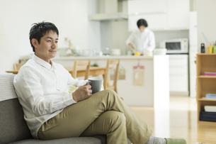 ソファーに座る男性の写真素材 [FYI01623229]