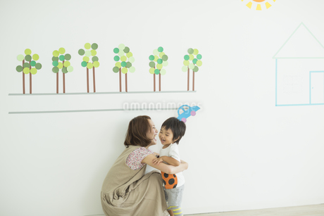 子供を抱き寄せる母親の写真素材 [FYI01623231]
