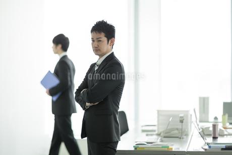 オフィスで腕組みをするビジネスマンの写真素材 [FYI01623234]