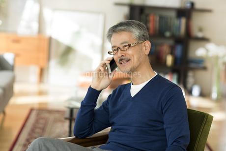 携帯電話で話すシニア男性の写真素材 [FYI01623242]