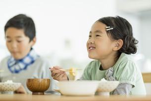 食事をする兄と妹の写真素材 [FYI01623243]