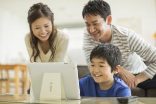 タブレットPCを楽しむ家族の写真素材 [FYI01623245]