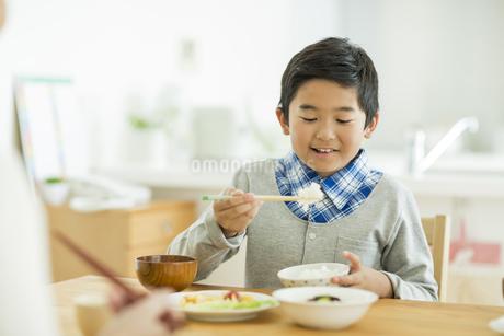 食事をする男の子の写真素材 [FYI01623248]