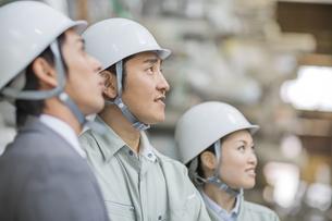 倉庫で商品を見る男女の社員の写真素材 [FYI01623258]