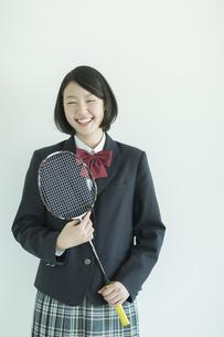 ラケットを持って笑顔の女子校生の写真素材 [FYI01623272]