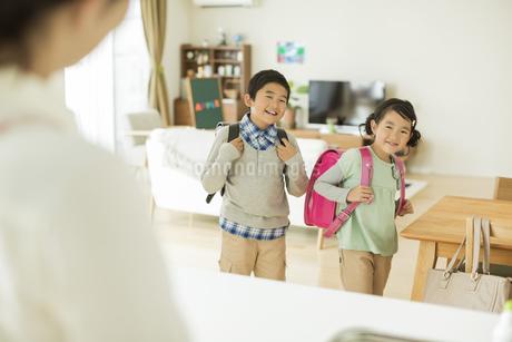 ランドセルを背負って登校をする兄と妹の写真素材 [FYI01623273]
