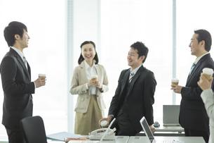 コーヒーを飲みながら会話する男女の写真素材 [FYI01623293]