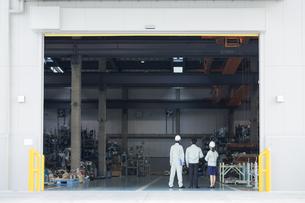 工場で立つ男女作業員の後姿の写真素材 [FYI01623300]