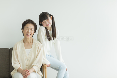 ソファーに座る祖母と孫の写真素材 [FYI01623301]