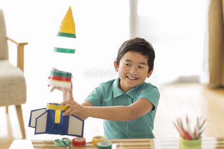 ペットボトルのロケットを持って笑顔の男の子の写真素材 [FYI01623305]