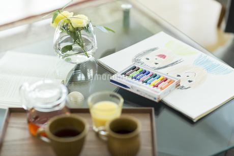テーブルに置かれたスケッチブックの写真素材 [FYI01623308]