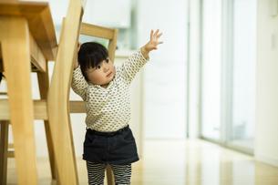 椅子につかまり立つ赤ちゃんの写真素材 [FYI01623343]