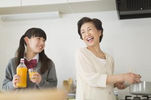 キッチンで会話をする孫と祖母の写真素材 [FYI01623350]