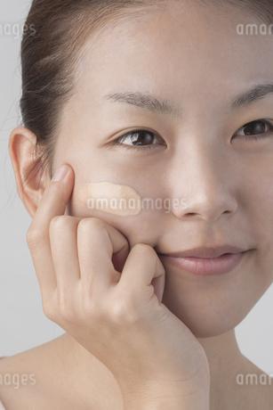 若い女性のメイクイメージの写真素材 [FYI01623353]
