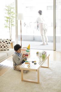 ペットボトルでロケットを作る男の子の写真素材 [FYI01623358]