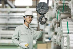 倉庫で働く作業服の男性の写真素材 [FYI01623359]
