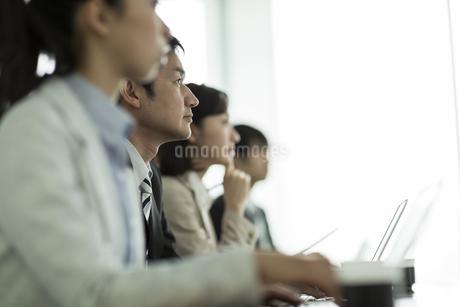会議中のビジネスマンの写真素材 [FYI01623361]