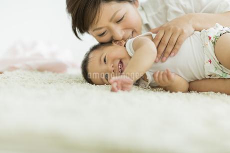 笑顔の赤ちゃんと母親の写真素材 [FYI01623365]