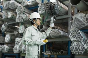 倉庫で働く作業服の男性の写真素材 [FYI01623370]
