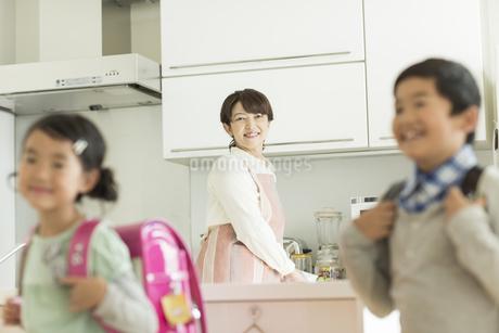 登校をする子供たちを見守る母親の写真素材 [FYI01623373]