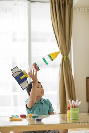 ペットボトルのロケットを持ち上げる男の子の写真素材 [FYI01623378]