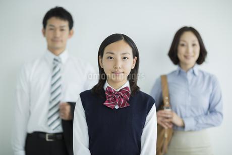 高校生の娘と両親の写真素材 [FYI01623379]