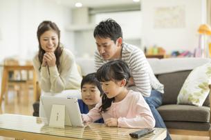 タブレットPCを楽しむ家族の写真素材 [FYI01623382]