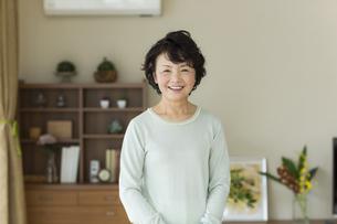 笑顔のシニア女性の写真素材 [FYI01623383]