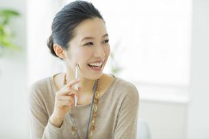 笑顔のビジネスウーマンの写真素材 [FYI01623389]