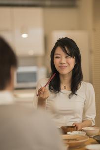 食事をする若い女性の写真素材 [FYI01623392]