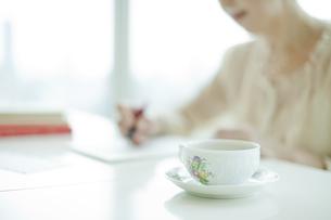 リビングで手紙を書く中高年女性の写真素材 [FYI01623393]