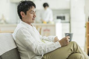 ソファーに座る男性の写真素材 [FYI01623394]